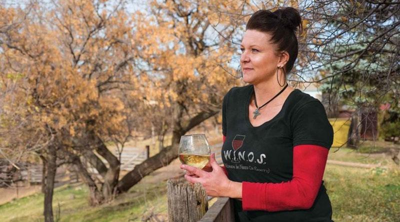 Фермерка поїть худобу вином аби отримати смачніше м'ясо